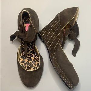 Betsey Johnson brown suede w/gold trim wedges sz10